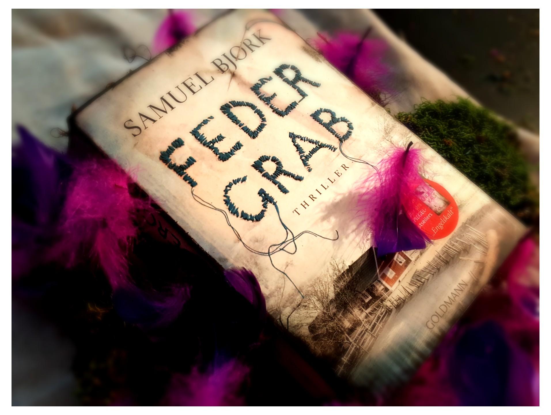 Buch mit Federn auf Moos