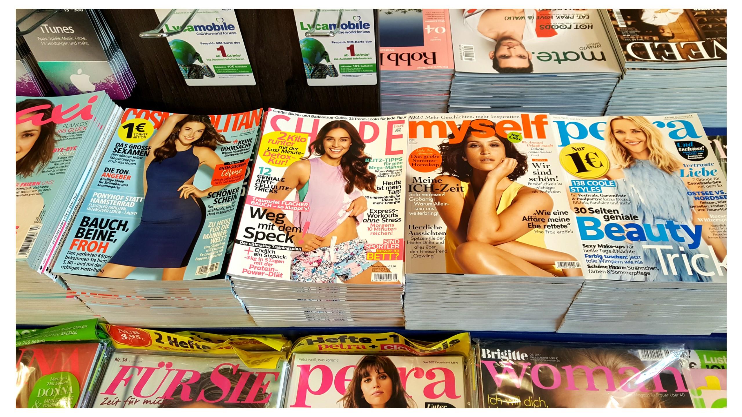 Frauenzeitschriften in einem Kiosk